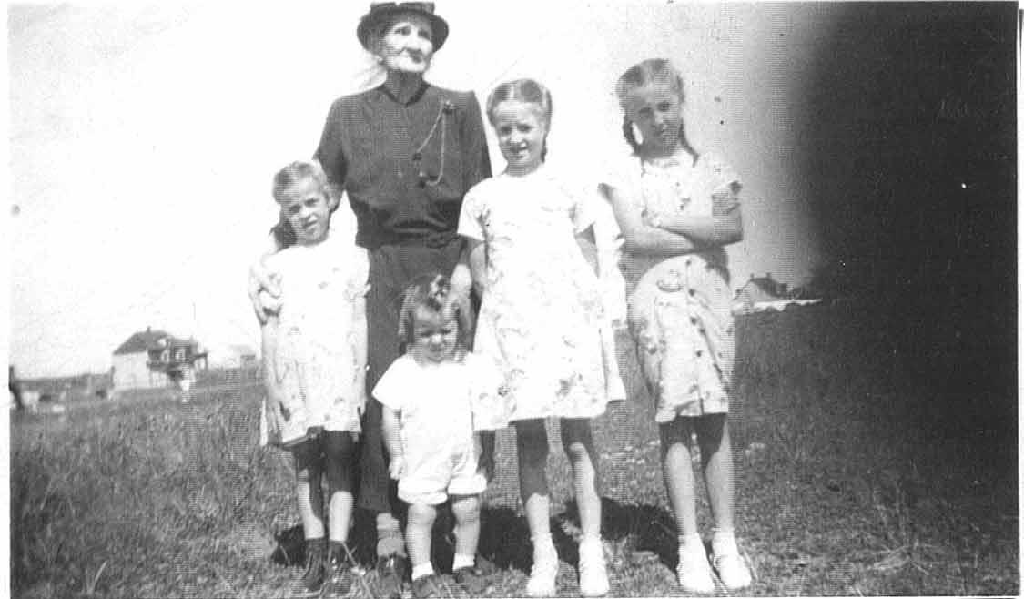 Mère de Louis Chicoine et grand-mère des enfants apparaissant sur cette photographie. Evelyne, Andréa, Jeannine et Jean-Louis. Caroline Bordeleau est native de Saint-Pierre et Miquelon colonie française.